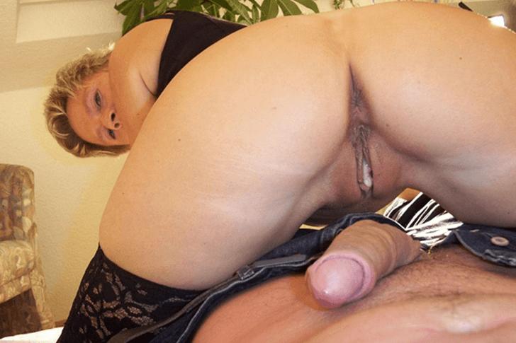 Reife Blondine mit rasierter Fotze bietet gratis Sexcam Ficks
