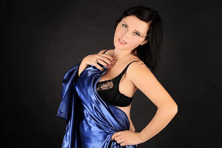 Reifes Luder zeigt sich in sexy Dessous im Sexchat vor der Webcam