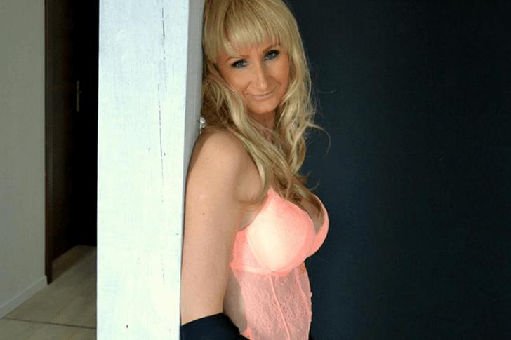 Sexy Hausfrau in sexy Dessous in Live Erotik Shows vor der Cam