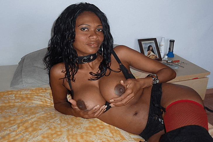 Vollbusige Negerschlampe beim Tittensex in einer Sexwebcam Show