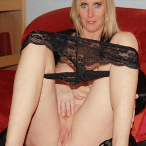 Reife zeigt ihre Muschi vor der Webcam